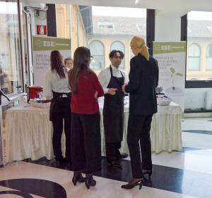 (Italiano) Al lancio del primo Salone dello SRI, il caffè è offerto dai soci del Consorzio E.S.E.